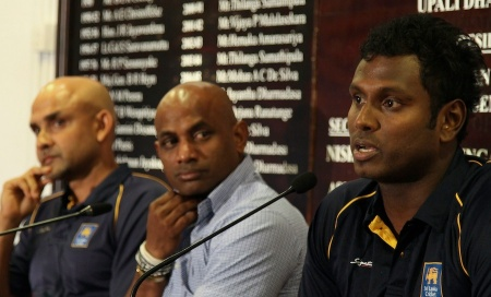 "Sri Lanka's captain Angelo Mathews (R) speaks as cricket coach Marvan Atapattu (C) and chief cricket selector Sanath Jayasuriya look on during a press conference in Colombo on March 27, 2015. Chief Selector Sanath Jayasuriya said they will draw up new standards to ensure better fitness and take ""hard decisions"" about players who were below par. AFP PHOTO / ISHARA S. KODIKARA (Photo credit should read Ishara S.KODIKARA/AFP/Getty Images)"