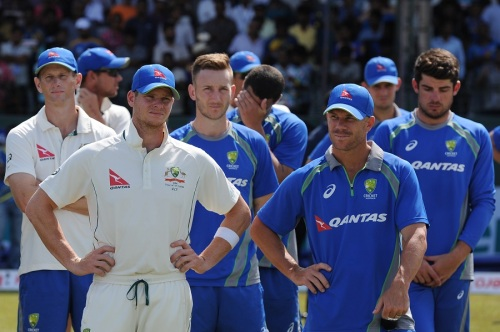 Australia's captain Steven Smith (C) and teammates look on during the presentation ceremony after Sri Lanka's victory in the third and final Test match between Sri Lanka and Australia at The Sinhalese Sports Club (SSC) Ground in Colombo on August 17, 2016. / AFP / LAKRUWAN WANNIARACHCHI (Photo credit should read LAKRUWAN WANNIARACHCHI/AFP/Getty Images)